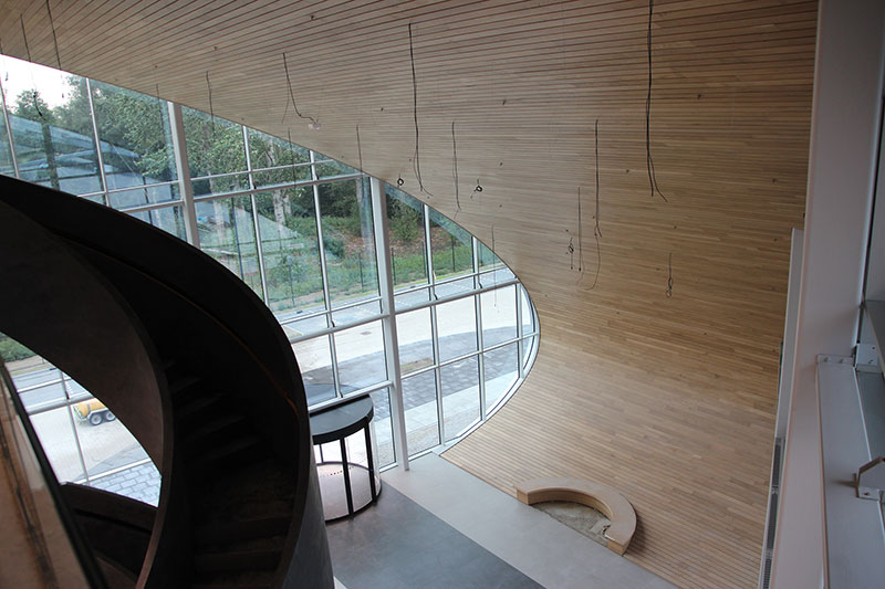 Nieuw distributiecentrum met prachtige gebogen plafond-wand